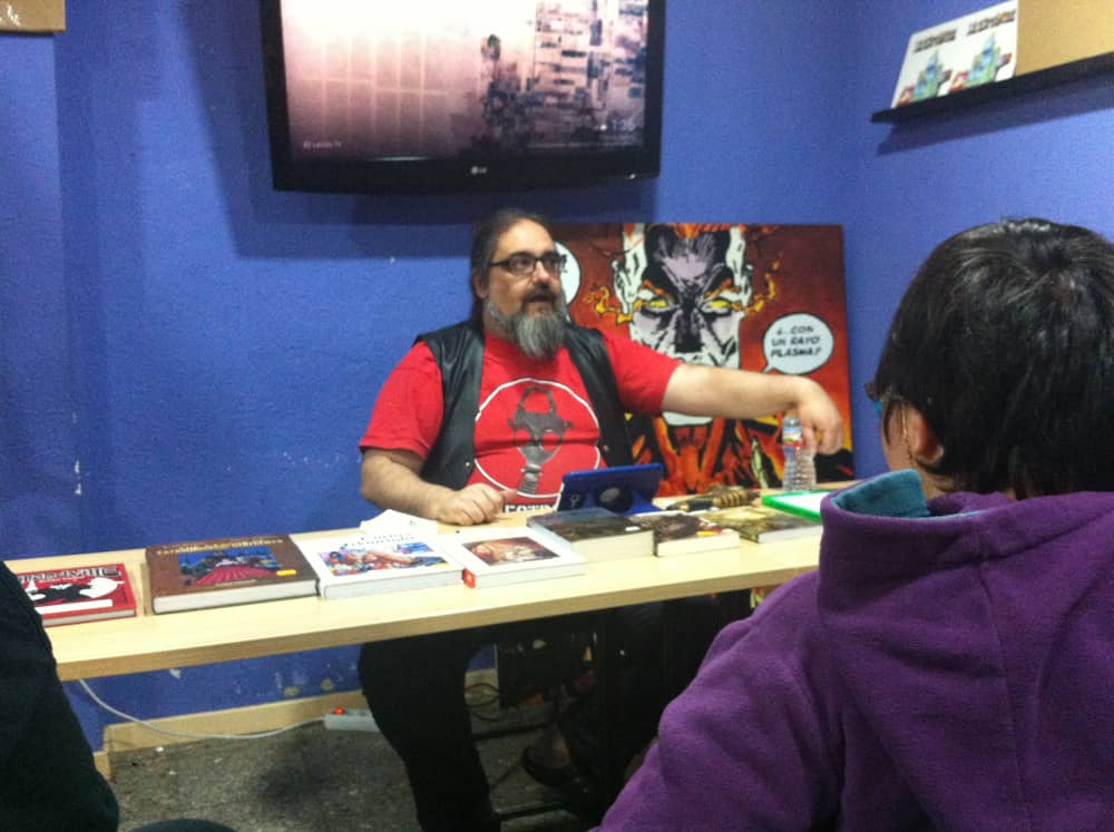 Ernest dando una charla sobre literatura Steampunk